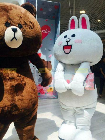 Hoạt náo dễ thương cùng với Mascot gấu Bown và  Mascot thỏ Cony