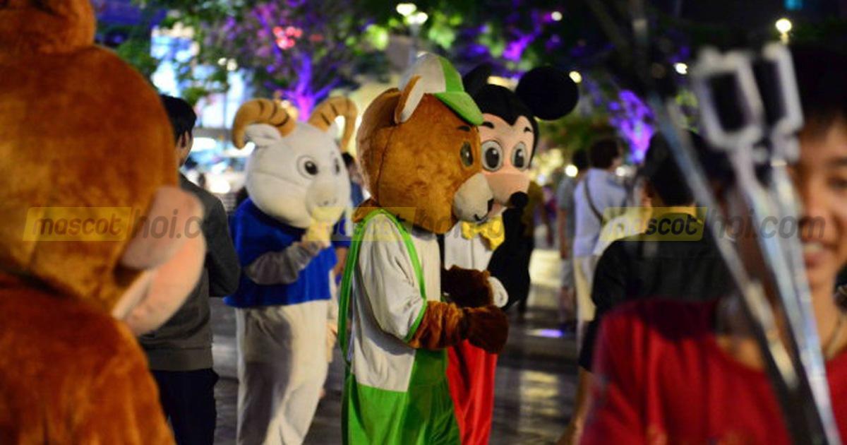 Biểu diễn mascot trên phố đi bộ