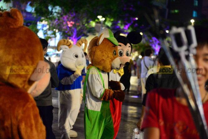 Mưu sinh với nghề hóa trang thành các linh thú với trang phục mascot